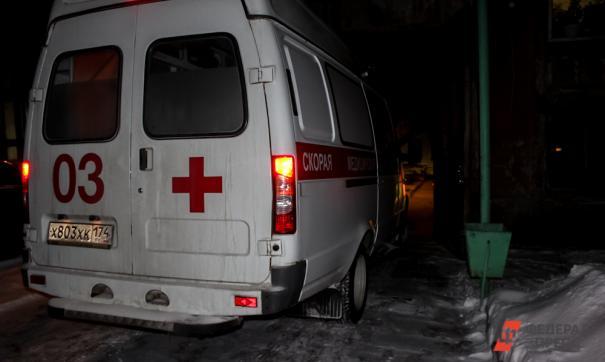 На месте аварии работают сотрудники скорой помощи, МЧС и полиции
