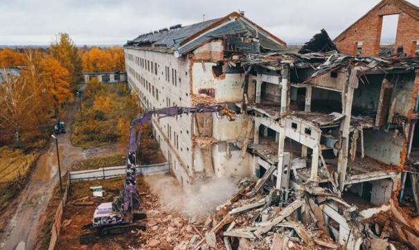 Когда ртуть вывезли и обезвредили конструкции начался второй этап: демонтаж здания.