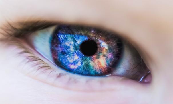 Свечение возникает внутри глаза