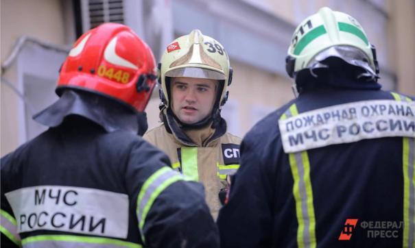 Сейчас сотрудники МЧС продолжают проливку обгоревших конструкций.