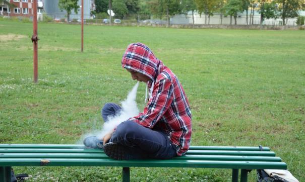 В Приморье детям и подросткам запретили посещение кальянных и букмекерских контор