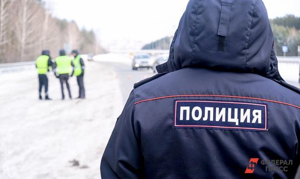 Новосибирское МВД опубликовало итоги проверки видео с полицейским, заливавшим в машину виски вместо омывайки