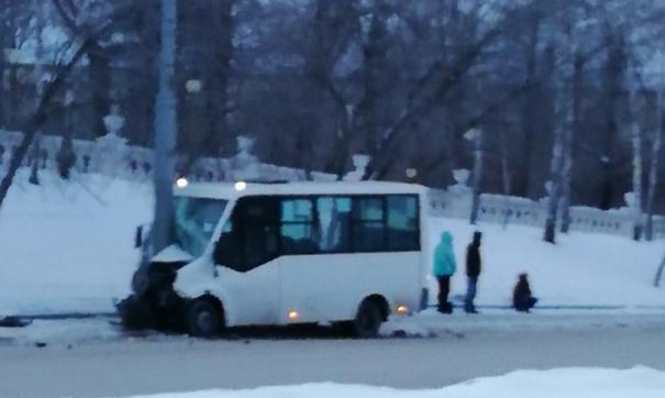 Автомобиль на полной скорости врезался в столб, чтобы избежать аварии. Пассажиры доставлены в больницу