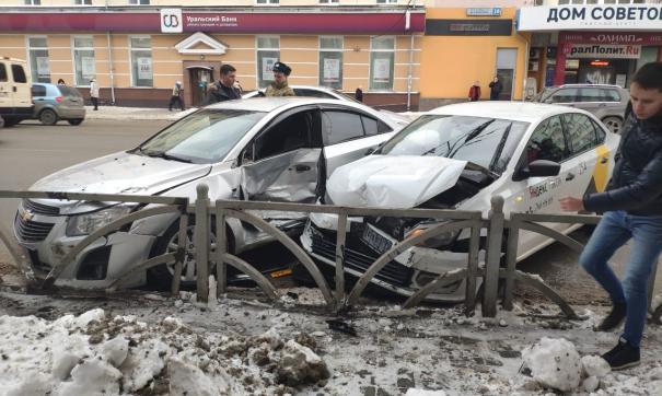В центре Екатеринбурга столкнулись легковушка и такси