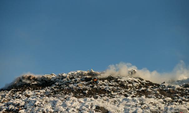 Власти Екатеринбурга закидают тлеющую свалку снегом