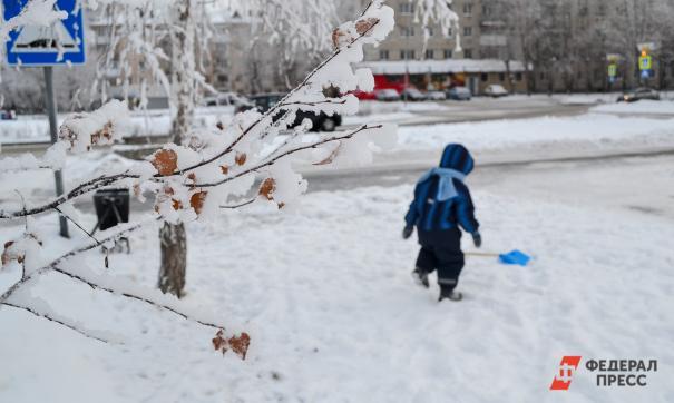 Горка неубранного снега становится препятствием при переходе