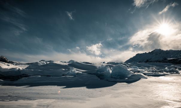 От взрыва на реке огромные куски льда выбросило на дорогу