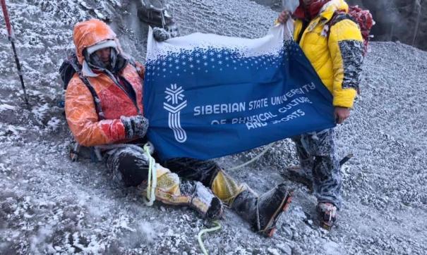 Альпинисты взошли на высоту почти 6 тысяч метров