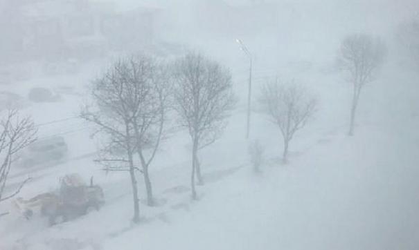 В предгорьях алтайского края идет мокрый снег, а на дорогах – гололед, метели и снежные заносы