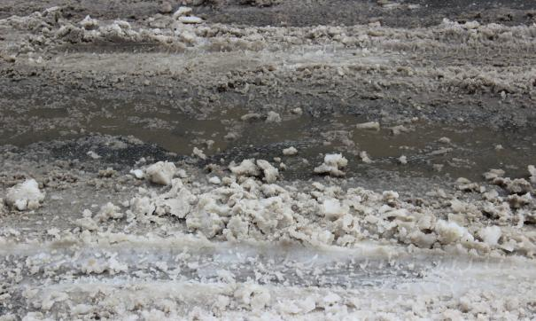 Жители не могли пройти поскольку вода залила дорогу