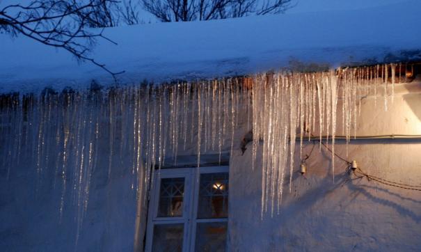 В Лабытнанги прокуратура заставила УК очистить крыши домов от снега