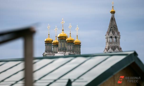 В здании находится торговый корпус Никольского монастыря