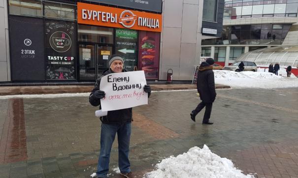 Одиночный пикет устроил в Екатеринбурге житель Богдановича против главврача местной больницы