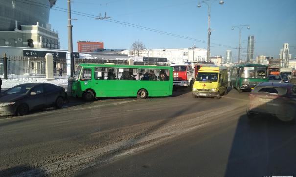 В Екатеринбурге случилось ДТП с участием троллейбуса, легковушки и двух маршруток.