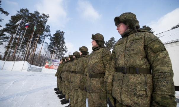 В свердловской воинской части телефоны солдат прибивают гвоздями к стенду.