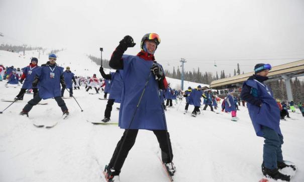 Лыжники и сноубордисты массово спустились с Зеленой в куртках цвета российского триколора