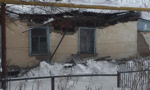 В городе Обь полностью просела крыша нежилого здания