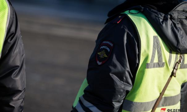 Сотрудники свердловской ГИБДД пресекли попытку дачи взятки бесправным водителем