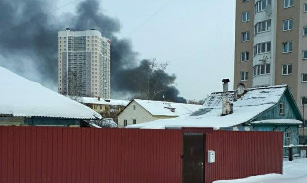 В Екатеринбурге пожарные устранили угрозу взрыва на горящем складе