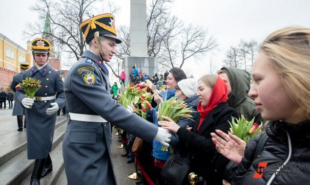 Военные поздравили женщин с 8 Марта