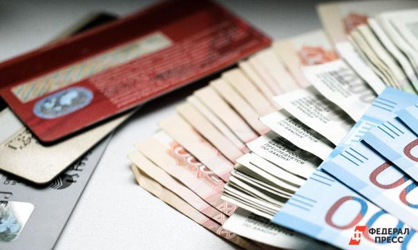 Деньги и банковская карта на столе
