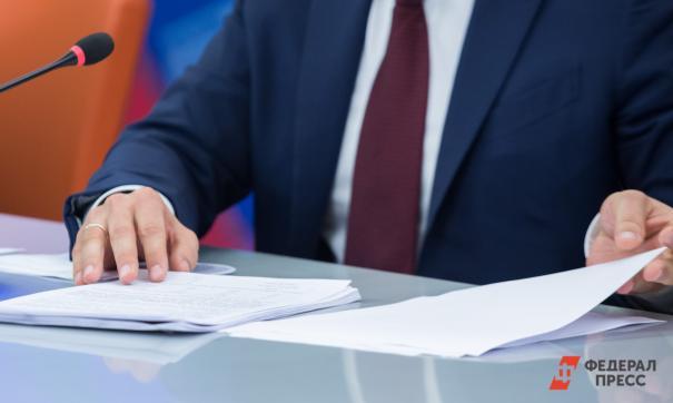 Бизнесмен разглядывает документы
