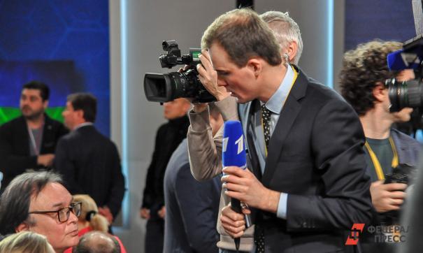Журналист Первого канала задает вопросы зрителям зала