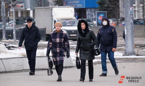 Люди прогуливаются по улице