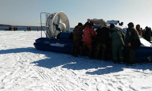 Сотрудники МЧС спасли более 350 уральских рыбаков с дрейфующей льдины.