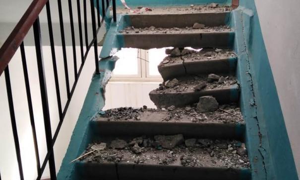 Несколько лестничных пролетов было повреждено