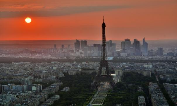 Во Франции вводят режим чрезвычайного положения