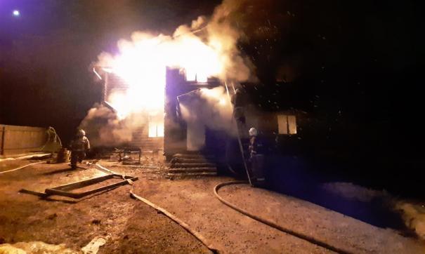 В Белоярском недалеко от Екатеринбурга сгорел коттедж