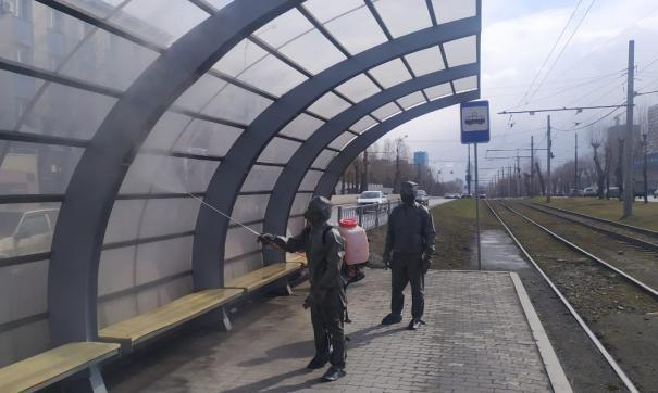 В Екатеринбурге МЧС проводят дезинфекцию остановок в помощь коммунальщикам