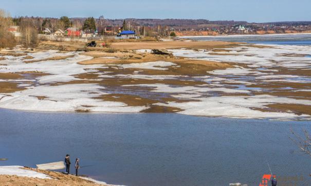 На Белоярском водохранилище перевернулась лодка с тремя рыбаками