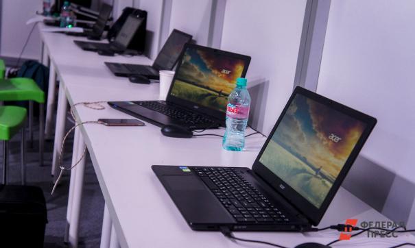 Выставленные ноутбуки на столах