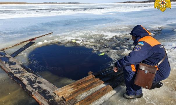 В Якутии автомобиль с детьми провалился под лед