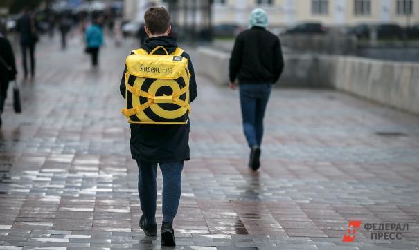 Наркокурьер спрятал наркотики в форменную сумку компании по доставке еды