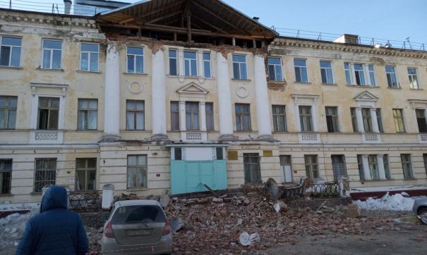 В Северске обрушился фасад кардиологического корпуса больницы