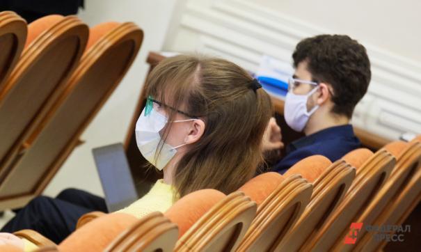 Люди в медицинских масках на заседании