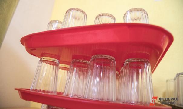 Посуду, столовые приборы и мебель дезинфицируют