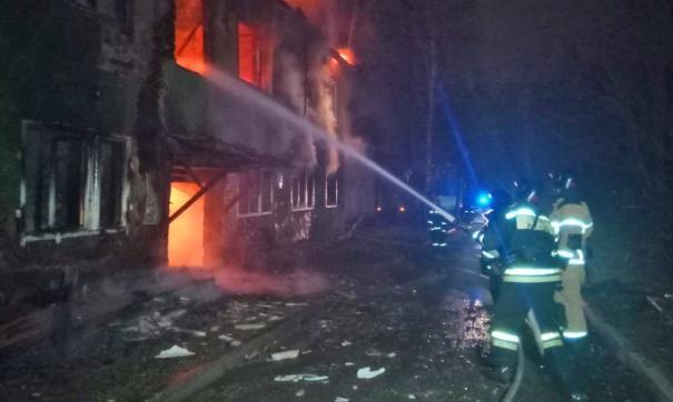 Екатеринбургские пожарные более двух часов тушили барак