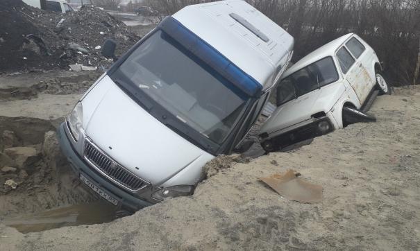 В Салехарде автомобили провалились в яму после ливня