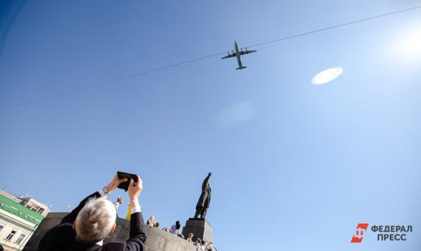 Новосибирский пилот надписью в небе утешил горожан, оставшихся без отпуска