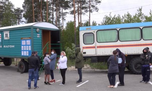 КПП у поселка Федоровский. Люди стоят в очереди, чтобы получить разрешение на выезд