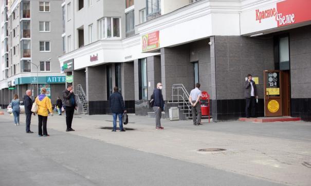 «Очереди выходят на улицу». Покупатели осаждают магазины сети «Красное и белое»
