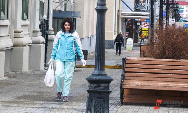 Женщина идет из магазина