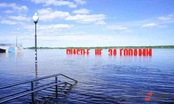 Пермяки измеряют уровень воды по арт-объекту на набережной