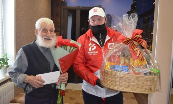 Волонтеры ЛУКОЙЛа поздравляют 94-летнего ветерана Василия Евсина в Осе