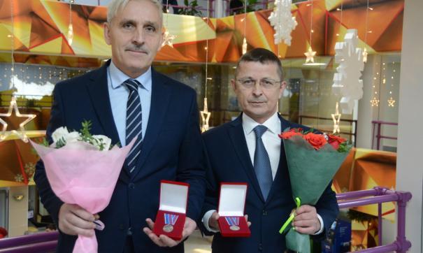 Свой трудовой путь Валерий Белых (на фото слева) и Алмаз Галеев начинали с одного цеха