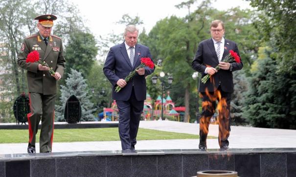 Участники церемонии почтили память погибших минутой молчания